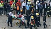 Sekitar 150 orang pemadam kebakaran dan tim penyelamat dikerahkan untuk membantu evakuasi korban. (REUTERS/Aly Song)