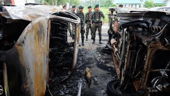 Prajurit TNI berada di dekat bangkai mobil pascakerusuhan Lapas Narkotika Kelas III Langkat, di Langkat, Sumatra Utara, Jumat (17/5/2019). ANTARA FOTO/Irsan Mulyadi/nz