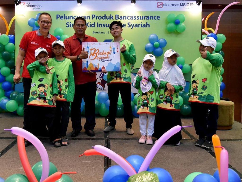 Direktur Sinarmas MSIG Life, Herman Sulistyo bersama Direktur Bank Sinarmas, Halim meluncurkan produk Simas Kid Insurance Syariah dalam acara syukuran sekaligus buka puasa bersama anak-anak Panti Asuhan Al Baar di Bandung, Jawa Barat. Foto: dok. Asuransi Sinarmas