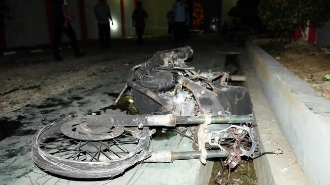 Kondisi bangkai sepeda motor yang rusak akibat kerusuhan di Lapas Narkotika Kelas III Langkat, Sumatra Utara, Kamis (16/5/2019). Kerusuhan tersebut mengakibatkan tiga mobil petugas rusak terbakar dan ratusan napi melarikan diri. ANTARA FOTO/Irsan Mulyadi/pras.