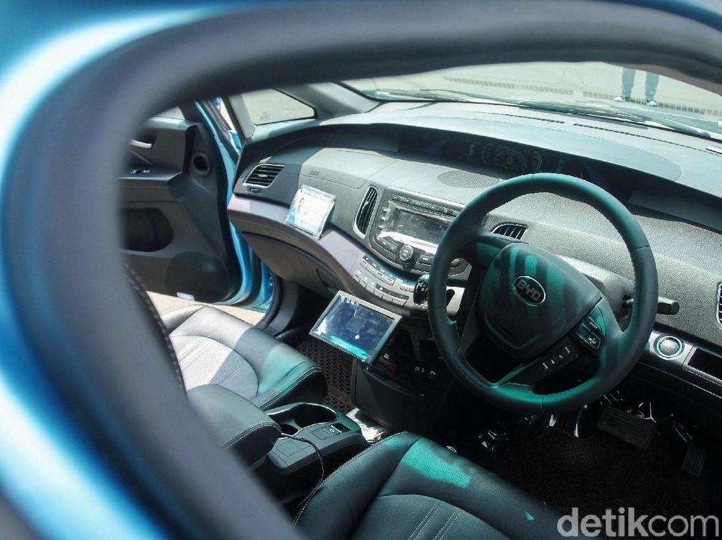 BYD e6 berbentuk crossover SUV dengan interior yang lapang. Di beberapa negara, mobil ini memang dijadikan taksi.