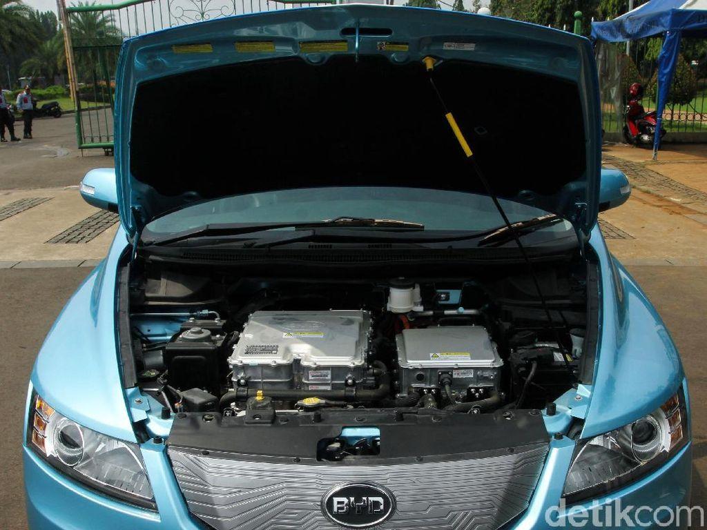 Baterai BYD yang berkapasitas 80 kWH pada mobil ini bisa dicas hanya 2 jam pakai charger V2G 480 VAC 3 phase.