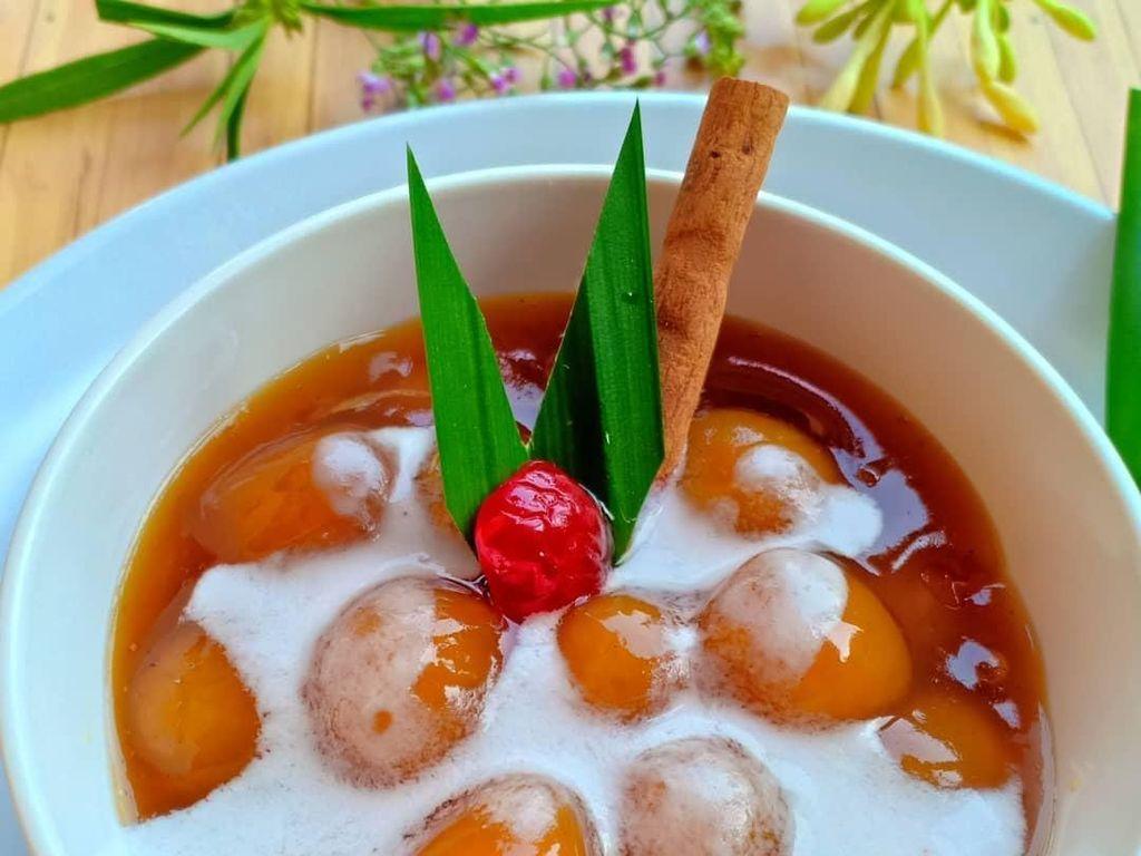 Ciri khas kolak biji salak adalah teksturnya yang kenyal karena dibuat dari tepung sagu. Kolak ini makin enak saat disiram kuah santan dan gula merah. Foto: Instagram ifaricha