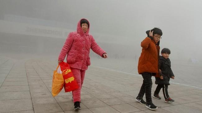 Namun, peningkatan ekonomi yang dicapai Henan dan provinsi pedalaman lainnya tampak rapuh, karena biaya hidup dan perumahan meningkat, dan ekonomi China yang melambat(REUTERS/Thomas Peter)
