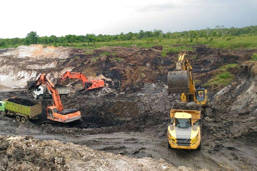 PT Alfa Energi Investama Tbk. Emiten berkode saham FIRE ini sahamnya melesat 73% dalam sepekan terakhir hingga Jumat 17 Mei 2019. Perusahaan ini fokus pada perdagangan batu bara. Sahamnya masuk pengawasan BEI (unusual market activity/UMA). (alfacentra.com)