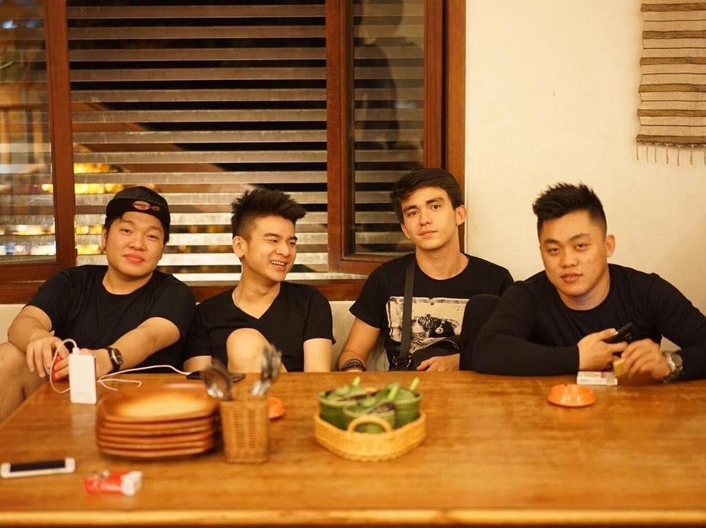 Masih bersama sahabatnya, kali ini Christ memilih sebuah restoran di Bandung. Apa yang akan mereka makan kala itu, ya? Foto: Instagram christlaurent