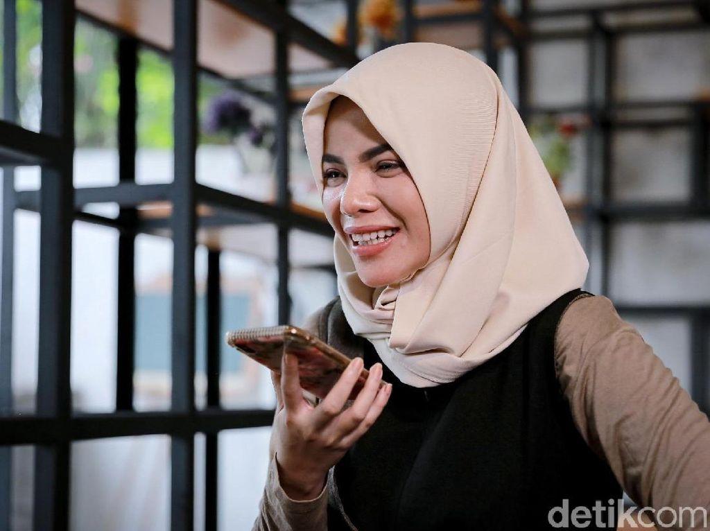 Dinar melepas rindu dengan ayah yang merupakan guru ngaji di Cipanas, Bogor.
