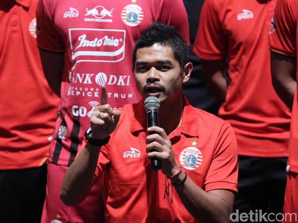 Bambang Pamungkas memberikan keterangan pers terkait skuat dan jersey Persija.