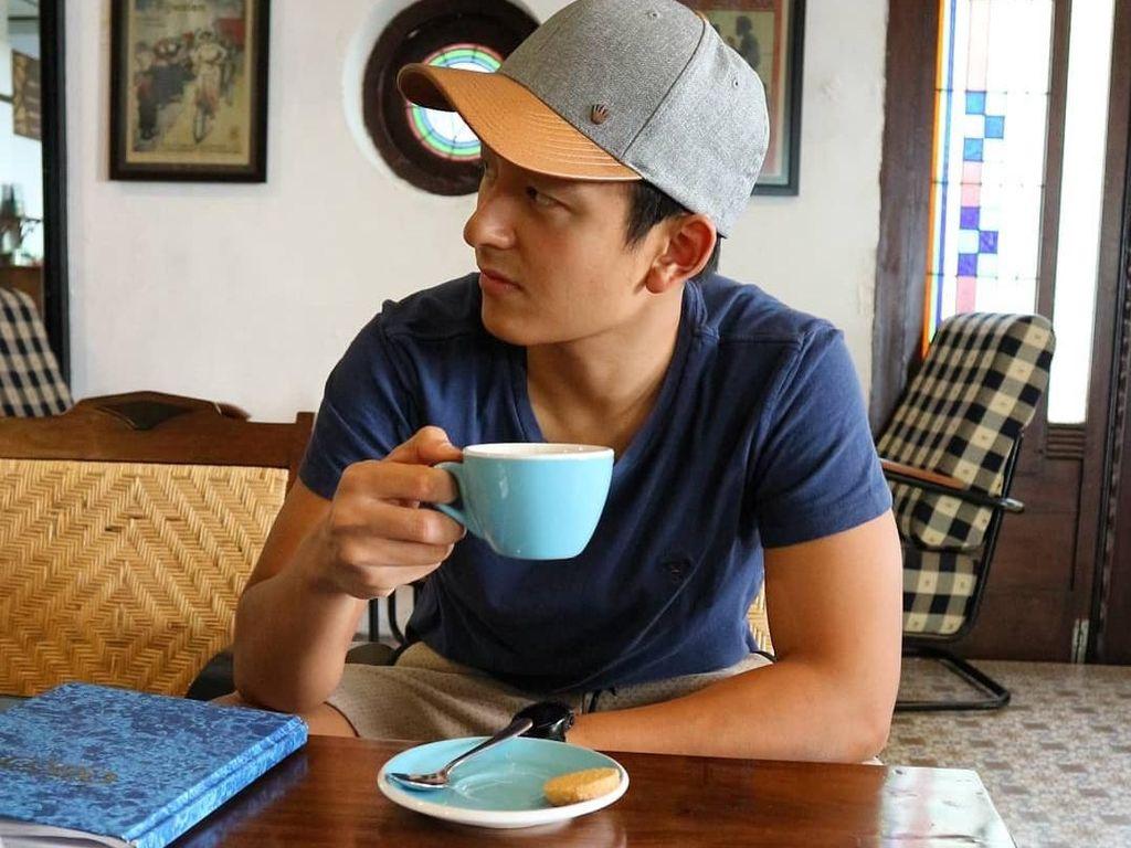 Lazy sunday ☕, tulis Rio yang menikmati secangkir kopi. Ngomong-ngomong, lagi lihat apa sih Rio? Foto: Instagram rharyantoracing