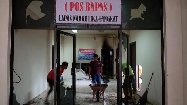 Kerusuhan di Lapas Narkotika Kelas III Langkat Sumatra Utara Kamis (16/5/2019) mengakibatan sejumlah ruangan rusak, tiga mobil dan 13 sepeda motor petugas hangus terbakar, 154 narapidana melarikan diri, 103 diantaranya berhasil ditangkap dan menyerahkan diri. ANTARA FOTO/Irsan Mulyadi/nz.