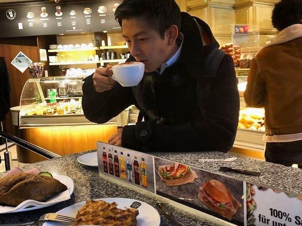 Rio nggak melewatkan secangkir kopi hangat saat lagi di Jerman. Tentunya sambil mencicip beragam pastry enak. Foto: Instagram rharyantoracing