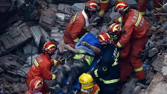 FOTO: Pabrik Runtuh di Shanghai Renggut 10 Nyawa