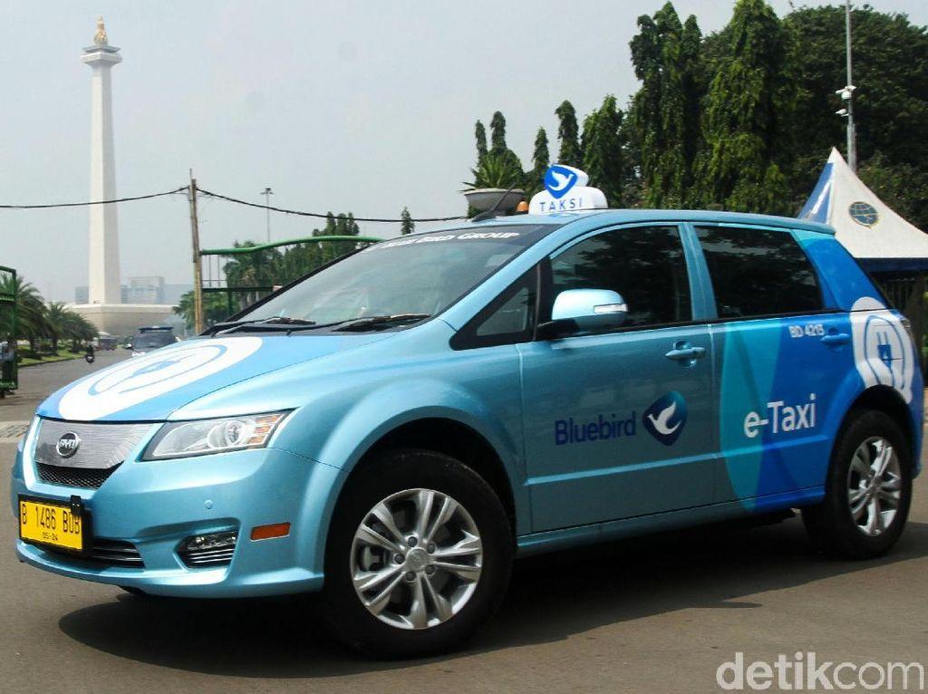 Blue Bird telah mengenalkan armada taksi listrik. Dua merek mobil yang akan jadi kendaraan operasionalnya adalah BYD e6 dan Tesla Model X. Tapi yang kami coba kali ini adalah BYD dulu. Mobilnya senyap, anti bising!