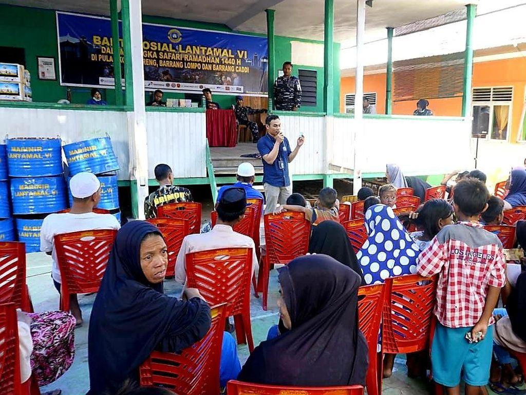 Terlihat, para warga Pulau Kodingareng tampak antusias dengan adanya penukaran uang yang dilaksanakan tersebut.Foto: Pool/Dok. Lantamal VI Makassar