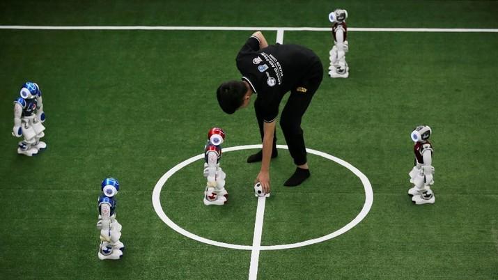 Mengintip Serunya Pertandingan Sepak Bola Robot di China