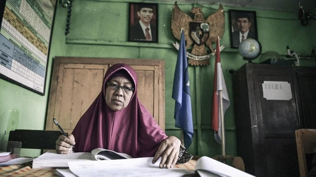 Anak mantan tahanan politik bekerja sebagai pegawai di SDN 1 Waepo, Savana Jaya, Pulau Buru. Setelah masa pembebasan pada 1979, banyak tapol yang lebih memilih tetap tinggal di Pulau Buru dan kemudian berkeluarga di sana. (ANTARA FOTO/Hafidz Mubarak A)