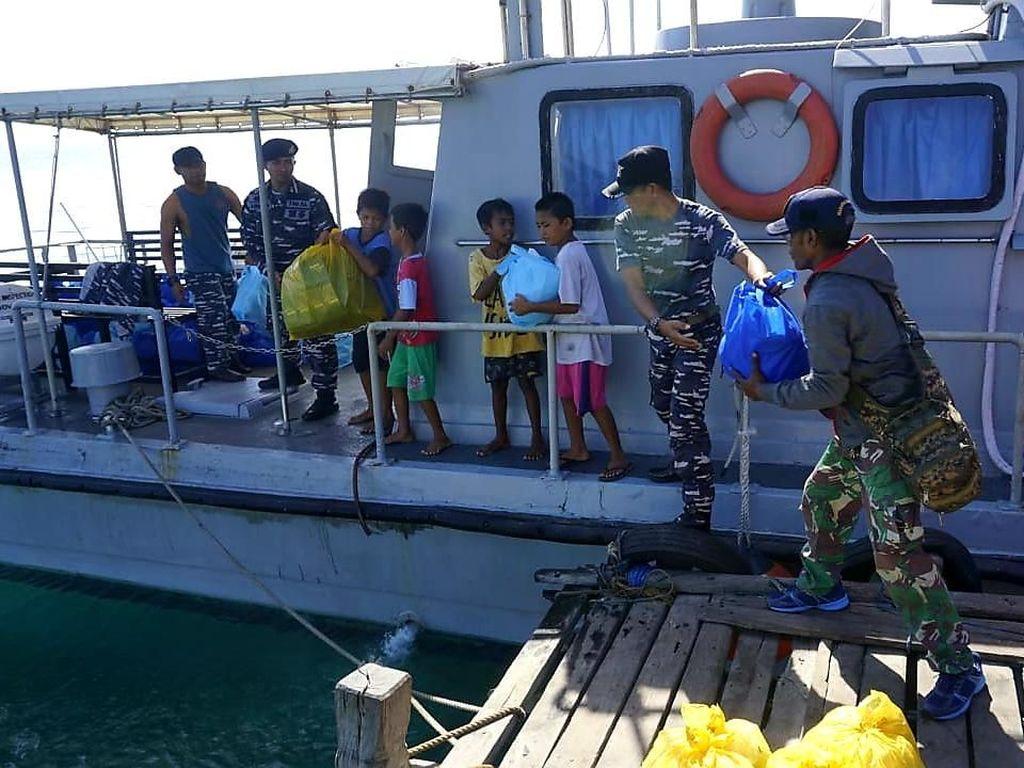 Penukaran uang tersebut merupakan salah satu rangkaian kegiatan Bakti Sosial yang dilaksanakan Lantamal VI di tiga pulau pesisir Kota Makassar dalam rangka Safari Ramadhan 1440 H.Foto: Pool/Dok. Lantamal VI Makassar