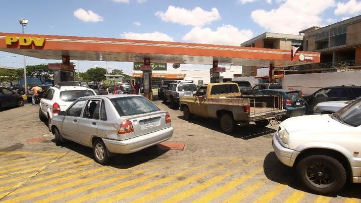 Pengorbanan Warga Venezuela, Antre Berjam-jam demi BBM
