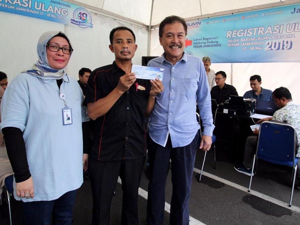 Direktur Utama Perum Jamkrindo Randi Anto (kanan) bersama dengan Ketua Panitia Mudik Perum Jamkrindo Diana Mayawati (kiri) meninjau pelaksaaan pendaftaran ulang mudik Perum Jamkrindo. Foto: dok. Jamkrindo