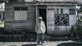 Mantan tahanan politik Solikhin berada didepan rumahnya di Pulau Buru. Diperkirakan belasan ribu tapol dibuang ke Pulau Buru, dari ratusan ribu yang ditahan atas tuduhan menjadi anggota PKI atau simpatisannya. (ANTARA FOTO/Hafidz Mubarak A)
