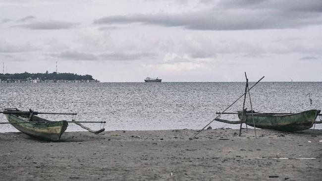 Pantai Sanleko adalah saksi sejarah tempat pendaratan para tahanan politik unit IV saat di buang di Pulau Buru, Maluku. Mereka-mereka yang dicap sebagai anggota Partai Komunis Indonesia diasingkan ke pulau ini oleh pemerintahan Orde Baru. (ANTARA FOTO/Hafidz Mubarak A)