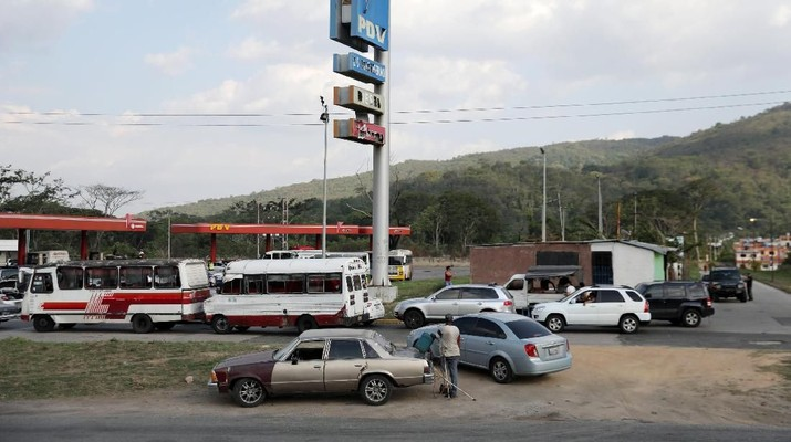 People with vehicles queue in an attempt to refuel at a gas station in Valencia, Venezuela May 17, 2019. REUTERS/Manaure Quintero NO RESALES. NO ARCHIVES.