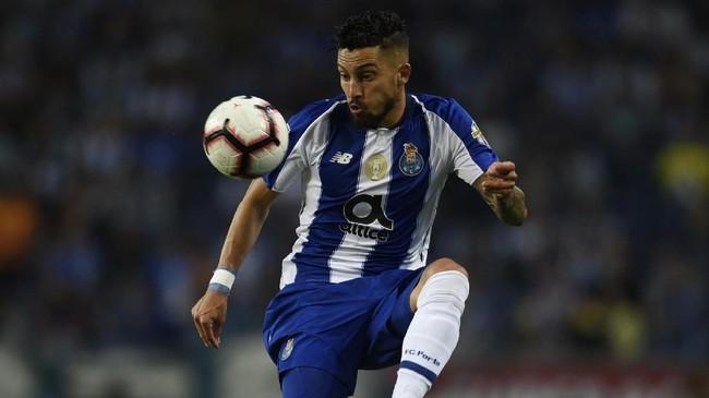Alex Telles tergolong pemain yang produktif di musim ini untuk ukuran wing-back. Pemain 26 tahun itu mencetak 6 gol dan memberikan 13 assist untuk FC Porto di musim ini di semua kompetisi. (MIGUEL RIOPA / AFP)