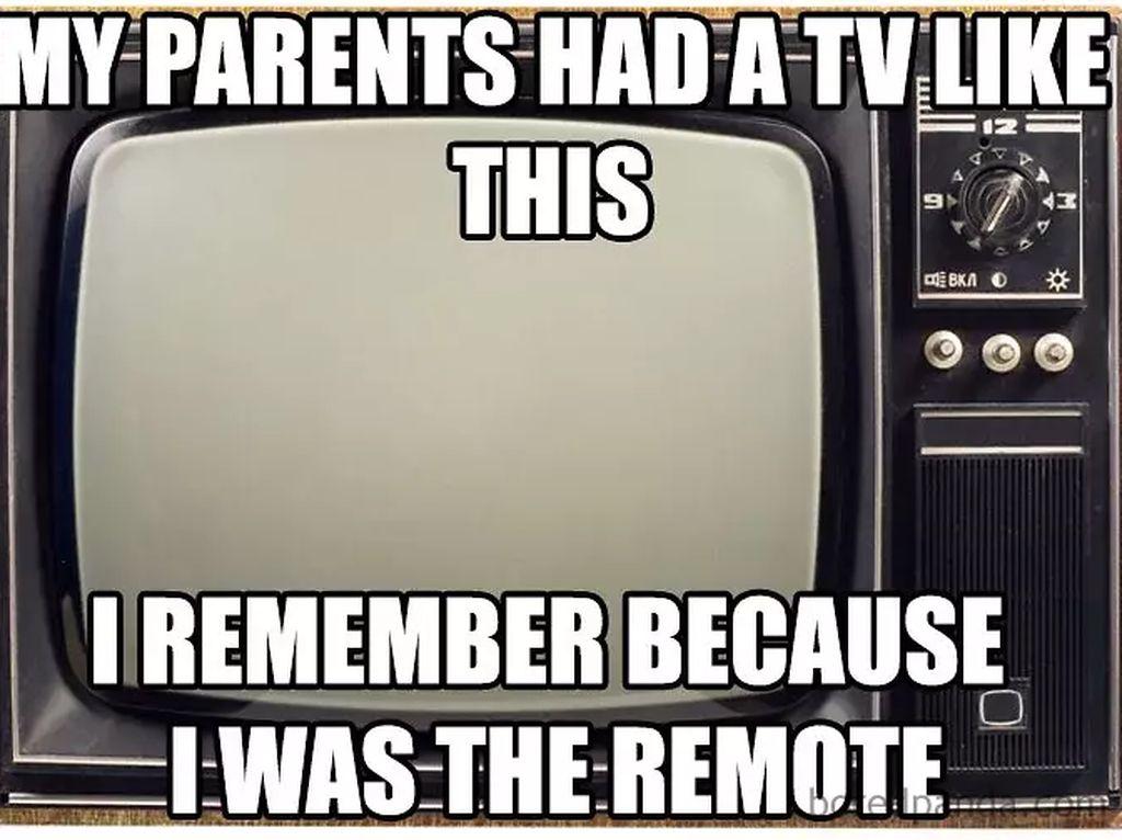Buat yang masih merasakan era TV tanpa remote control, biasanya anakbawang atau yang paling bontot suka disuruh maju ke depan untuk ubahchannel atau atur volume nih.(Foto: Boredpanda.com)