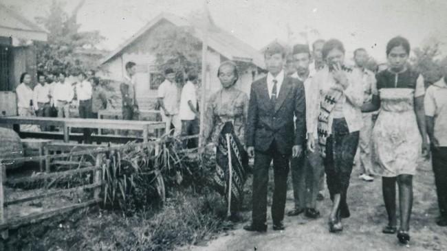 Foto hasil reproduksi pernikahan tahanan politik Sugito (kedua kiri) dan anak mantan tahanan politik Sugiharti (kedua kanan) pada tahun 1978 di Pulau Buru. (ANTARA FOTO/Hafidz Mubarak A)