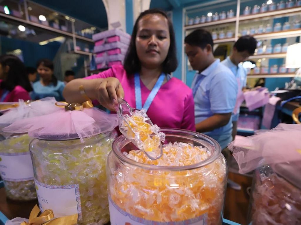 Pegawai saat merapikan permen yang ada pada Foxs Candy Studio di Kota Kasablanka, Jakarta Selatan, Jumat (17/5/2019). Ini merupakan yang kedua kalinya setelah pada akhir tahun lalu FOX'S Candy Studio telah hadir dengan konsep personalized gift candy store pertama di Jakarta. Foto: dok. FOXs
