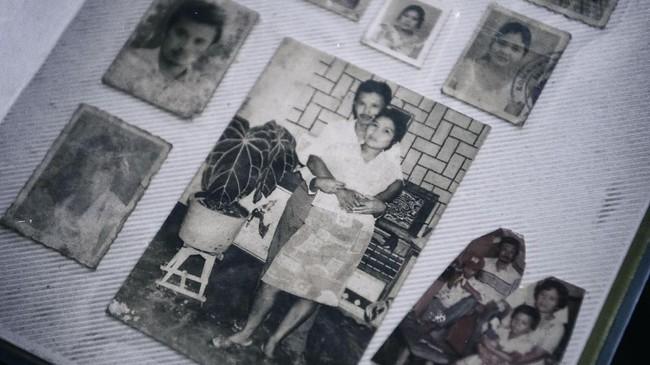 Foto mantan tahanan politik Solikhin memeluk istrinya sebelum ditangkap dan dibuang ke Pulau Buru. Banyak tapol yang masih bujangan kemudian jatuh cinta dan menikah dengan keluarga tapol lainnya yang dibawa ke sana. (ANTARA FOTO/Hafidz Mubarak A)