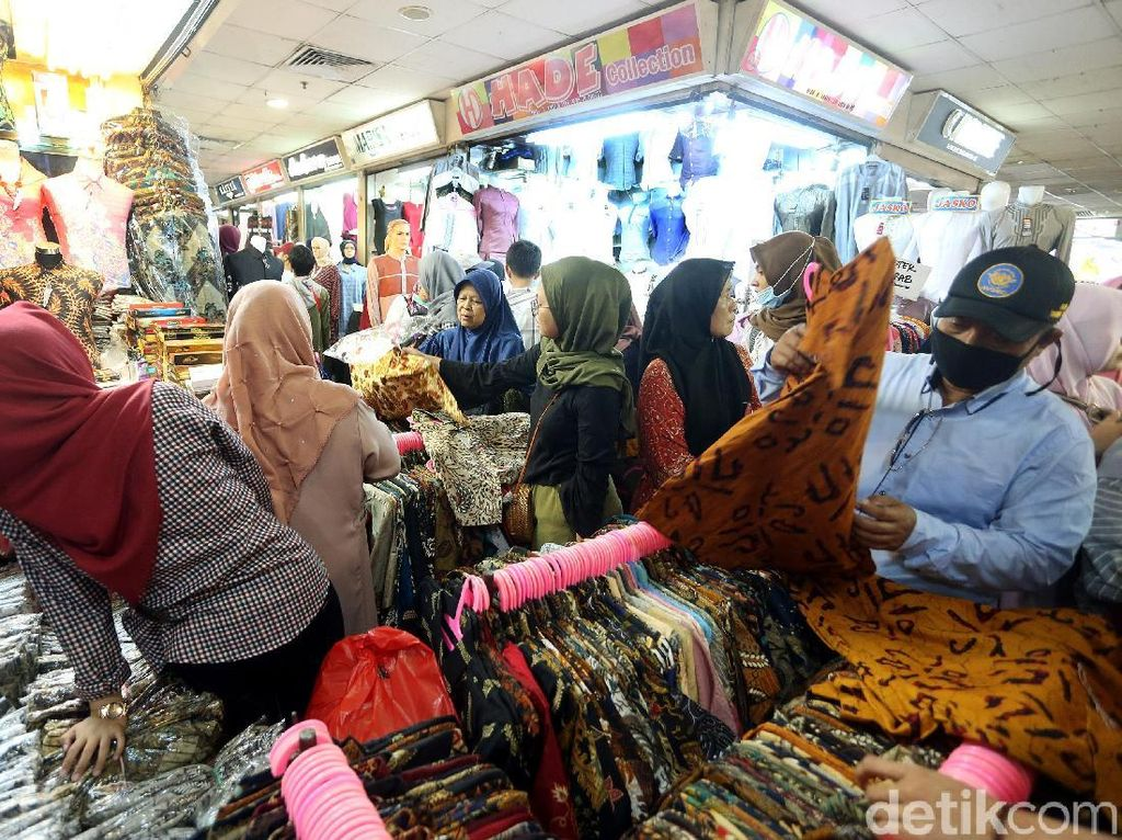 Beberapa warga memilih pakaian di salah satu kios di Pasar Tanah Abang.