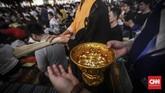 Bagi umat Buddha, air menjadi sarana puja bakti umat yang memiliki makna keberkahan. (CNN Indonesia/ Hesti Rika)