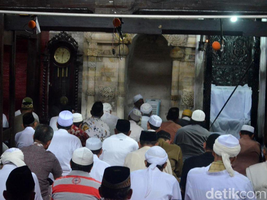 Para jemaah tampak mendengarkan ceramah saat menunaikan Salat Jumat di masjid tersebut.