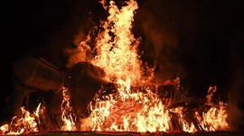 Prosesi Pembakaran Patung Buddha Rayakan Waisak di Mojokerto