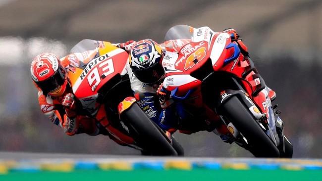 Jack Miller (kanan) sempat menyalip Marc Marquez dan menjadi pemimpin lomba. Namun Marquez kembali dapat membalap Miller dan kembali menjadi yang terdepan. (REUTERS/Gonzalo Fuentes)