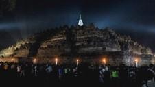 VIDEO: Sambut Waisak, Ribuan Lampion Dilepas di Borobudur