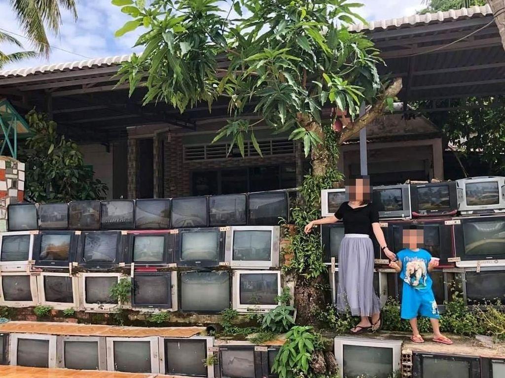 Hebatnya sekumpulan TV bekas ini tetap utuh meski dimakan cuaca. Istimewa/Thanh Tien.