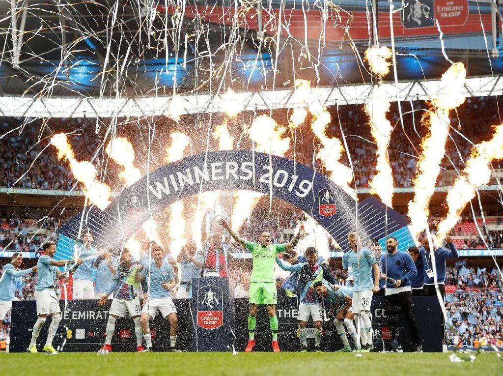 Para pemain berhamburan saat kembang api keluar sebagai tanda perayaan Man City. (Foto: John Sibley/Reuters)