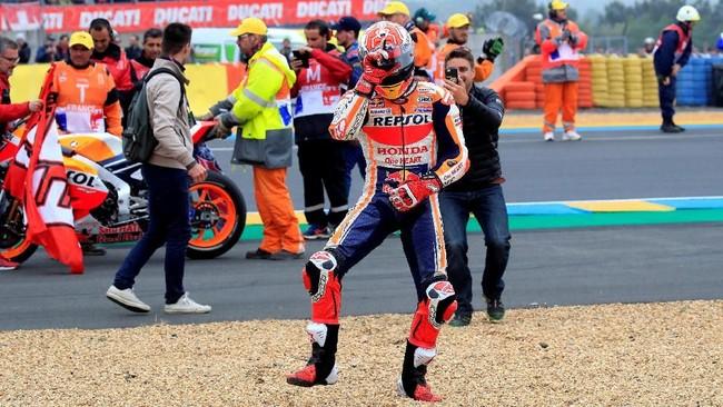 Marc Marquez merayakan keberhasilan menjadi kampiun MotoGP Prancis 2019 di hadapan fan yang berada di salah satu tribune Sirkuit Le Mans. (REUTERS/Gonzalo Fuentes)