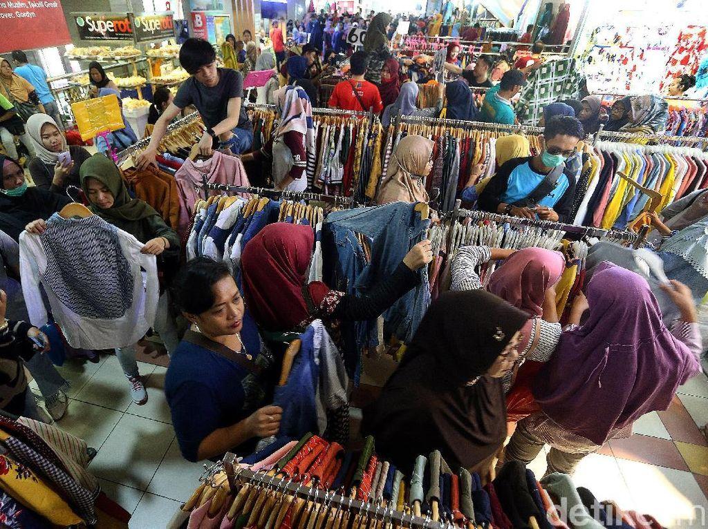 Warga berdatagan ke Pasar Tanah Abang untuk membeli baju yang akan dikenakan saat lebaran nanti.
