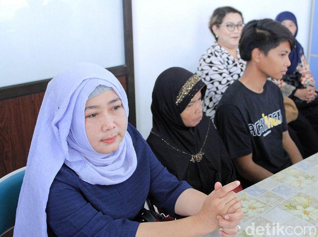 Siti dipertemukan kembali dengan anak, adik dan saudaranya oleh Disnakertrans Jawa Barat. Proses pencarian, keluarga Siti dilakukan dengan memakan waktu yang cukup panjang.