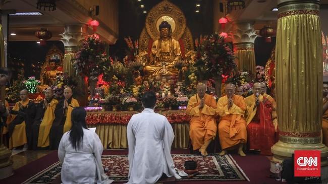 Tahun ini perayaan Waisak di Wihara Ekayana Arama mengambil tema Mencintai Tanah Air Indonesia Dalam Kasih Buddha Kita Semua Bersaudara Wujudkan Masyarakat Sejahtera. (CNN Indonesia/ Hesti Rika)