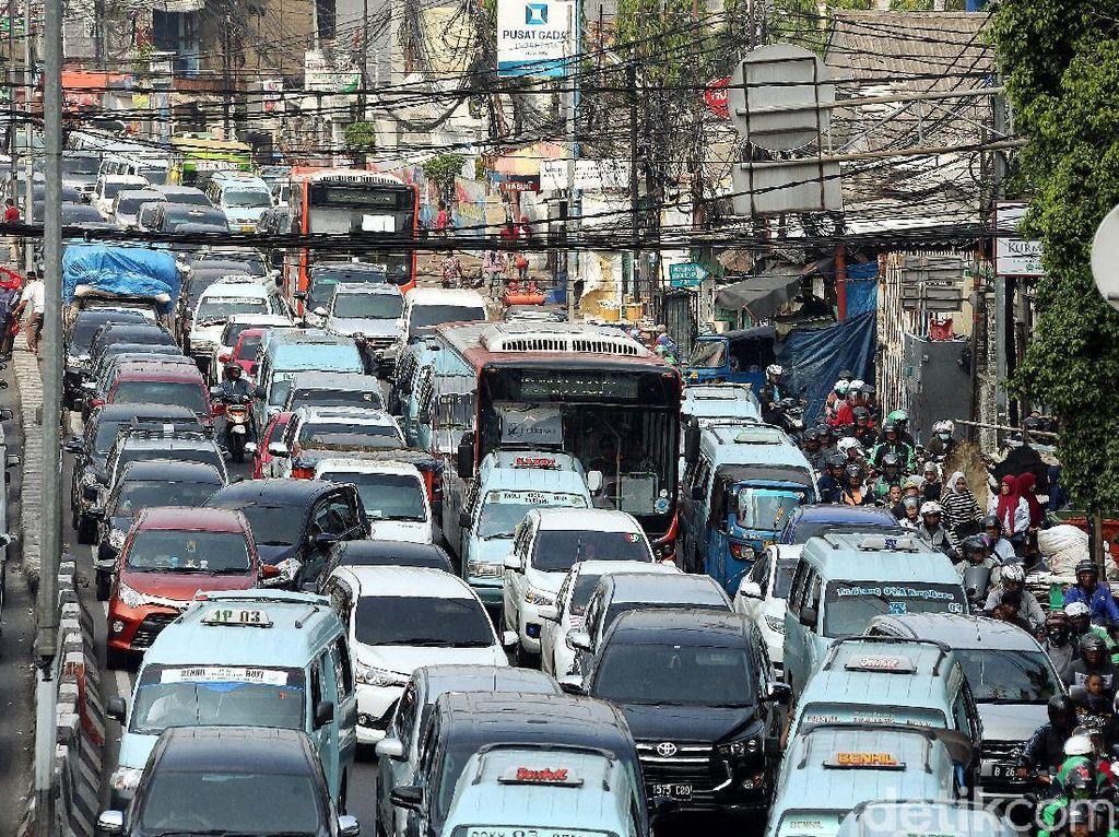 Lalu lintas di kawasan tersebut macet akkibat banyaknya warga yang hendak berburu kebutuhan lebaran di Pasar Tanah Abang danThamrin City.