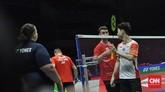 Kevin Sanjaya berbicara dengan Chris Langridge usai pertandingan pertama yang dimenangi pasangan Indonesia dua gim langsung. (CNN Indonesia/Putra Permata Tegar Idaman)