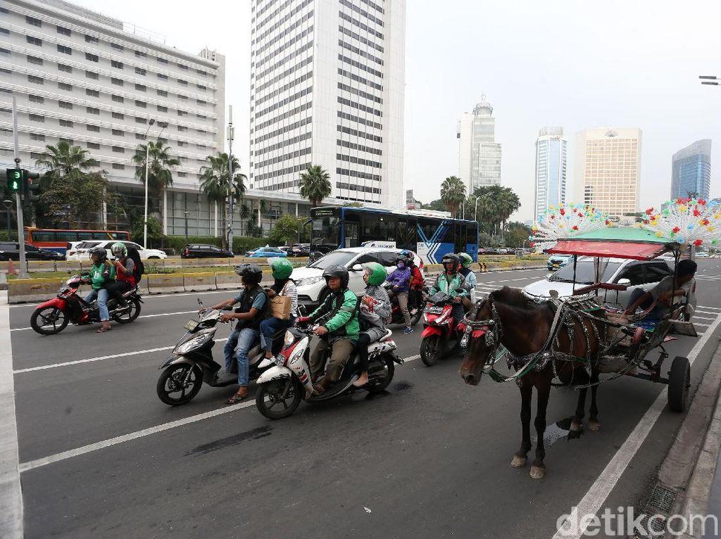 Delman mangkal untuk menunggu penumpang di Jalan MH Thamrin.