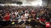 Ribuan umat Buddha memadati Wihara Ekayana Arama yang terletak di Jakarta Barat sejak pukul 6 pagi untuk mengikuti perayaan Waisak 2563 BE/2019. (CNN Indonesia/ Hesti Rika)
