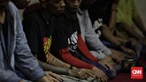 Para anak punk ini didampingi oleh Halim Ambiya, seorang relawan dari komunitas Tasawuf Underground. (CNN Indonesia/Adhi Wicaksono)