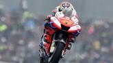 Jack Miller dari tim Pramac Ducati berada di belakang Marc Marquez dan Danilo Petrucci. (JEAN-FRANCOIS MONIER / AFP)