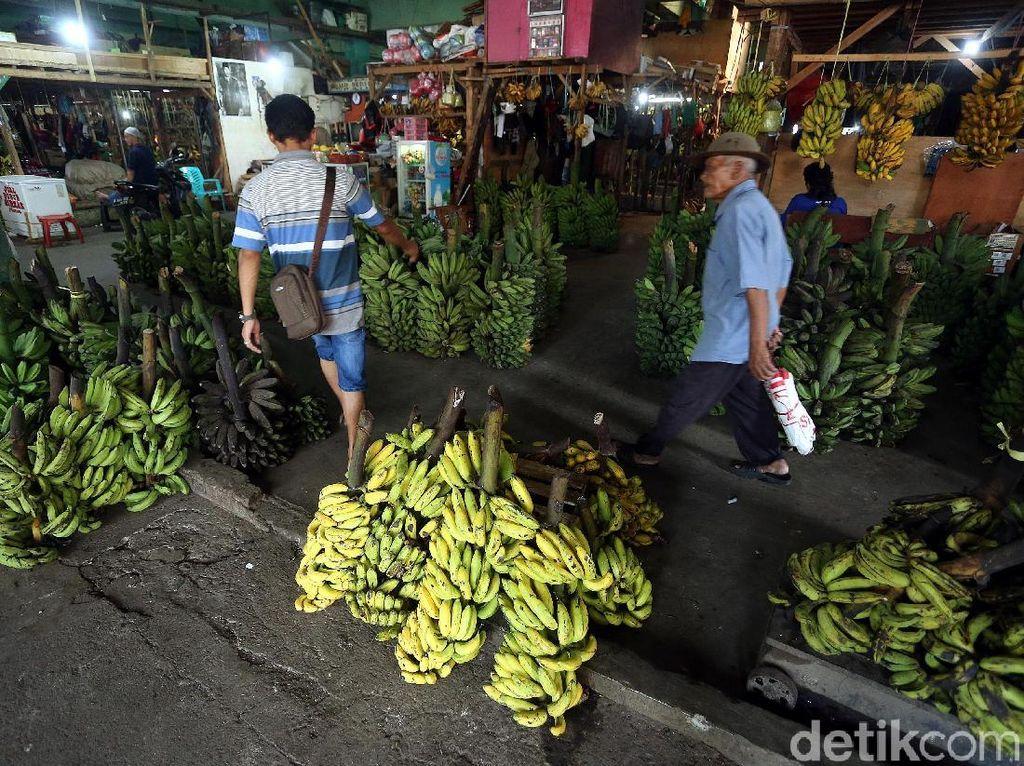 Para pedangan menjual berbagi jenis pisang di pasar tersebut.